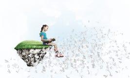 入学年龄作为概念的阅读书的女孩教育的 免版税库存图片