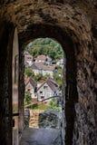 入对一个castlewith钢门和外型在城市 库存照片