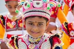 介入根据佛教文化举行在满月天的Katina节日画象年轻男孩 斯里南卡 免版税库存照片