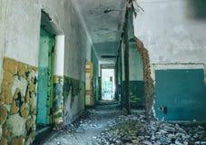 入被放弃的和生锈的老庄园或豪宅门户走廊  背景开罗埃及前景吉萨棉hdr图象khafre金字塔狮身人面象 库存图片
