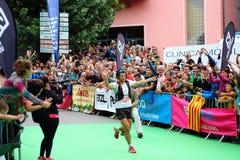 全世界好足迹赛跑者,先生 Kilian Jornet,庆祝他的在天空赛跑者联赛的最后的种族的第一个位置 免版税库存图片