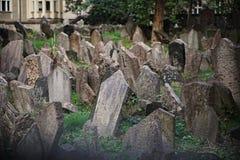 全世界著名老犹太公墓在布拉格,有它凌乱的墓碑的捷克作为犹太人的一个宗教标志 免版税图库摄影