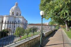 全国万神殿圣诞老人Engracia教会的外在门面在从雅尔丁观看的Alfama邻里Botto马查多P 免版税图库摄影