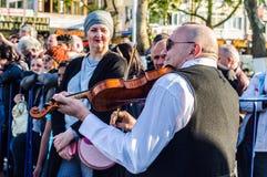 全国主权和儿童`的s巴尔干提琴手天庆祝-土耳其 库存照片