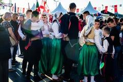 全国主权和儿童`的s波斯尼亚的民间舞蹈天-土耳其 库存图片