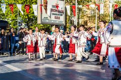 全国主权和儿童`的s罗马尼亚民间舞蹈天庆祝-土耳其 免版税库存照片