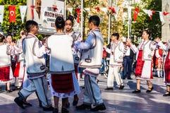 全国主权和儿童`的s罗马尼亚民间舞蹈天庆祝-土耳其 免版税库存图片