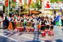 全国主权和儿童`的s马其顿民间舞蹈天庆祝-土耳其 免版税库存照片
