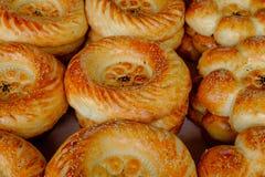 全国乌兹别克人面包在市场在撒马而罕,侧视图上 库存照片
