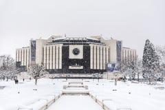 全国劳动人民文化宫在索非亚,保加利亚用雪盖了 库存图片
