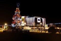 全国劳动人民文化宫,索非亚,保加利亚在晚上 背景圣诞节关闭红色时间 免版税库存照片