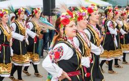 全国妇女` s舞蹈合奏的音乐会在Nestenar比赛的在保加利亚人村庄,保加利亚 免版税图库摄影