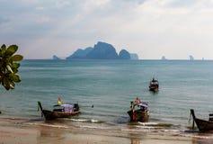 全国小船在海滩的泰国,日落 库存照片