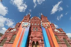 全国有装饰的状态历史博物馆正面图的在红场,莫斯科的军事游行 免版税库存图片
