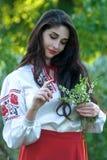 全国服装的美丽的年轻乌克兰女孩 有美好的出现的女孩在自然的森林 画象 免版税库存照片