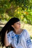 全国服装的美丽的年轻乌克兰女孩 有美好的出现的女孩在自然的森林 beautif画象  图库摄影