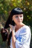 全国服装的美丽的年轻乌克兰女孩 有美好的出现的女孩在自然的森林 beautif画象  免版税图库摄影