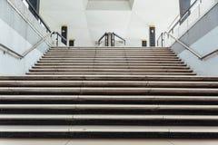全国清真寺- Masjid Negara清真寺楼梯在吉隆坡,马来西亚 库存照片