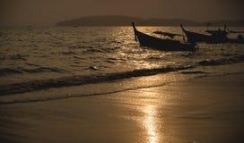 全国渔夫小船在泰国在日落的海 图库摄影