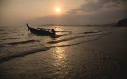 全国渔夫小船在泰国在日落的海 免版税库存图片
