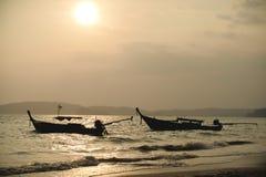 全国渔夫小船在泰国在日落的海 库存图片