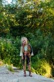 全国礼服和一条围巾的俄国女孩在脖子在森林走在一个夏天晚上 免版税库存图片
