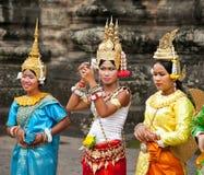 全国礼服的柬埔寨人为游人,柬埔寨摆在 免版税图库摄影