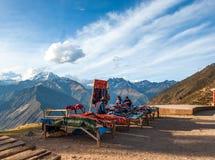 全国衣裳的印地安妇女在旅游胜地,秘鲁 免版税库存图片