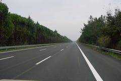 全国路在没有汽车的希腊在冬时 库存图片