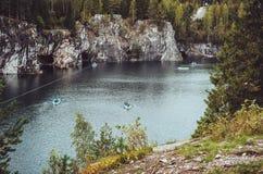 全国高地公园Ruskeala在卡累利阿共和国,俄罗斯 俄国旅游业概念 美好的秋天 免版税库存照片