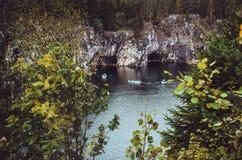 全国高地公园Ruskeala在卡累利阿共和国,俄罗斯 俄国旅游业概念 美好的秋天 免版税库存图片