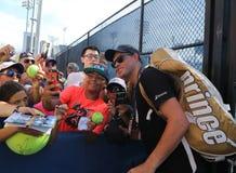 全垒打冠军鲍勃・布赖恩在美国公开赛的实践以后采取selfie 2016年 库存照片