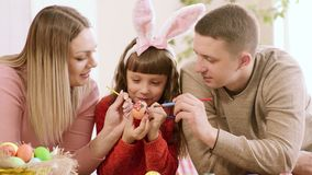 全家为复活节假日装饰一个鸡蛋 股票视频