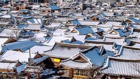全州传统韩国村庄屋顶用雪包括的,全州Hanok村庄在冬天,韩国 库存图片