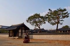 全州Hanok村庄,韩国- 09 11 2018年:hanbok的妇女穿戴传统宫殿的里面 免版税库存照片