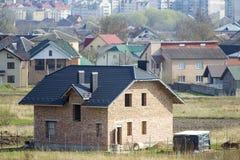全新的宽敞有盖瓦的砖二层的住宅房子 免版税图库摄影