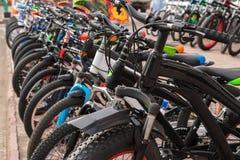 全新的少年` s停车处在沥青,销售骑自行车 免版税图库摄影