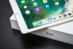 全新的白色苹果计算机iPad金子 免版税库存照片