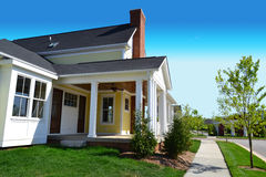 全新的Capecod郊区美国梦家邻里 免版税图库摄影