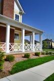 全新的Capecod郊区美国梦家邻里 免版税库存照片