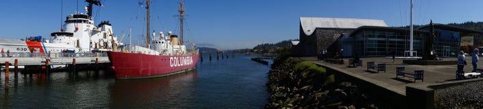 全景、海岸卫队切削刀和灯塔船 库存照片