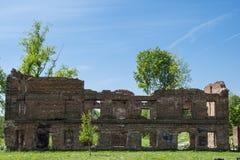 全景一个历史的历史的房子的废墟 被破坏的房子 免版税库存图片