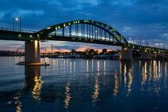 全景一座桥梁的夜视图在河Sava的正确的Tributar 库存图片