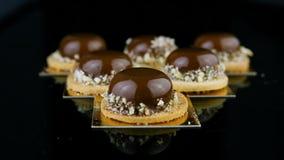全景下来在三角形状供食的套的法国微型奶油甜点酥皮点心点心 影视素材