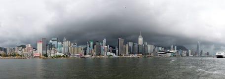 全景与坏接踵而来的天气的香港地平线 库存照片