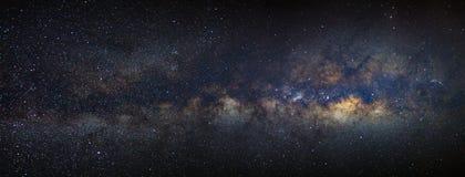 全景与星的银河星系和空间在unive拂去灰尘 免版税库存照片