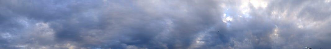 全景与蓝色,白色和灰色云彩的晚上天空 免版税图库摄影