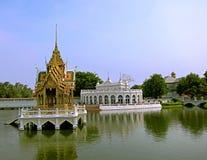 全景个人自由Aisawan Thiphya艺术神的位子,在池塘被修建的亭子,阿尤特拉利夫雷斯中间 库存图片