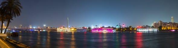 全景中央开罗尼罗河的夜 免版税库存照片