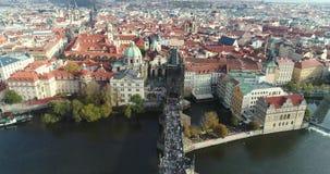 全景从上面对市布拉格和查理大桥,查理大桥的,伏尔塔瓦河河游人 股票录像